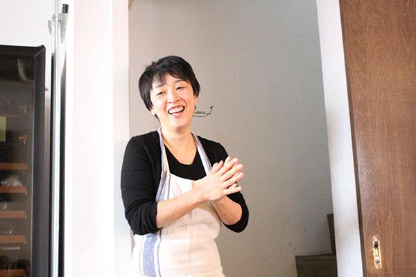 話す山本稔子先生 フランス惣菜と日本酒