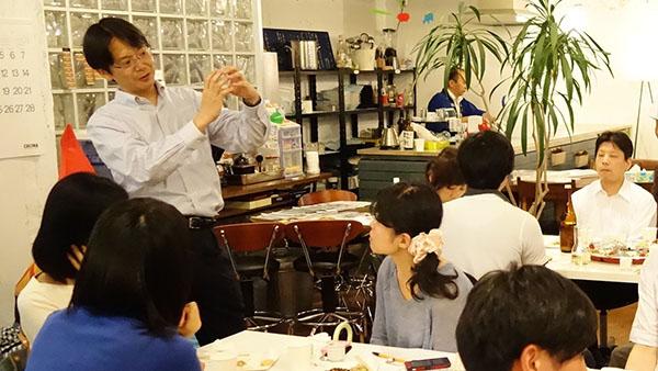 参加者と話す北川さん