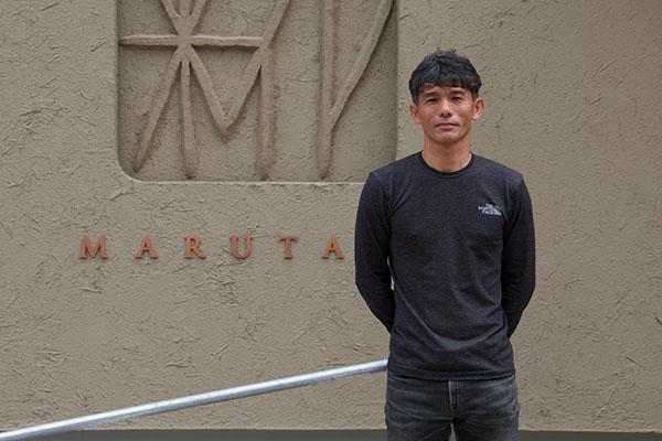 関谷醸造の蔵元・関谷健さん。「糀 Marutani」の前で