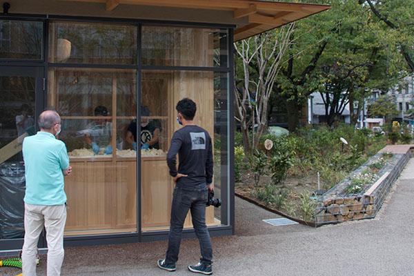 「糀 Marutani」の麹室。見守るのは蔵元の関谷さん(右)と甑開発者の佐々木さん(左)