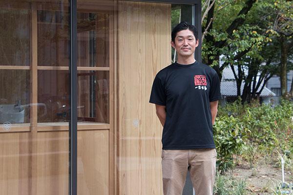 「ほうらいせん吟醸工房」の杜氏・宮瀬直也さん。「糀 Marutani」の前で