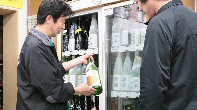 お客さんにお酒の説明をする西村さん