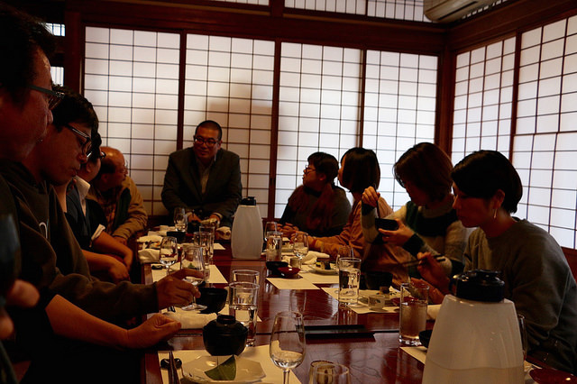 参加者さんと話す日本酒コンシェルジュUmio