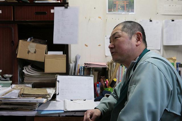 分析室で話す横坂さん