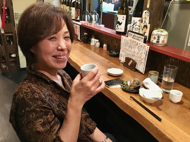 日本酒を擬人化する石倉恵美さん