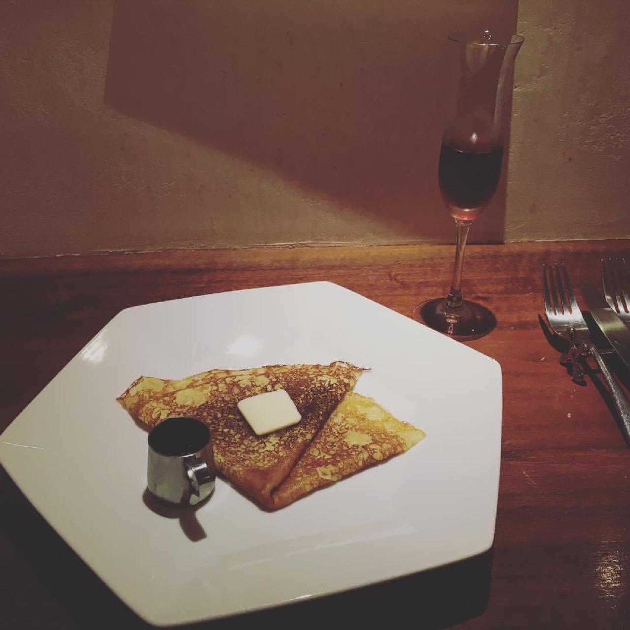 メープルウイスキーソースと発酵バターのクレープとパッシート